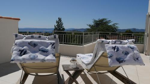 A balcony or terrace at Villa du belvédère - la chambre mer