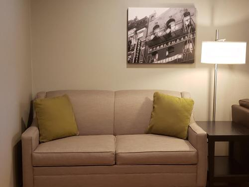 A seating area at Best Western Bowery Hanbee Hotel