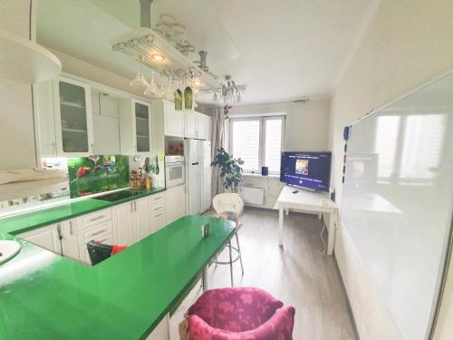 Кухня или мини-кухня в Lux Apartaments Ильинский бульвар 7