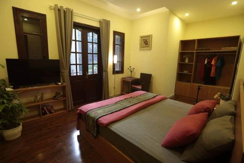 A bed or beds in a room at Hanoi Balcony Homestay