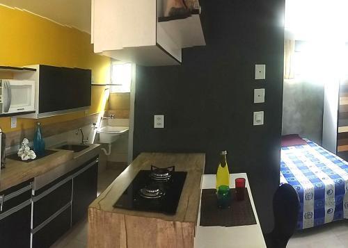 A kitchen or kitchenette at Edificio de acomodacoes Simples - Varjao