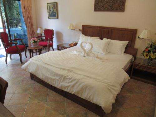 A bed or beds in a room at Villa Oranje Pattaya