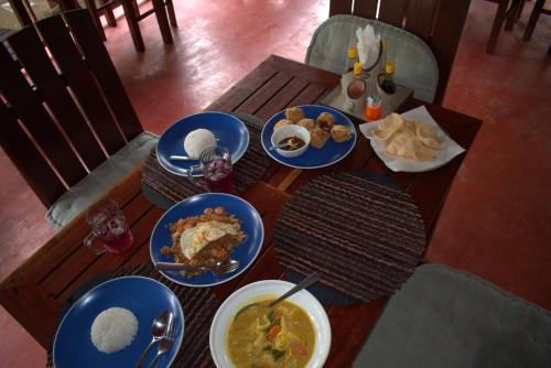 A restaurant or other place to eat at Kampung Meno Bungalows