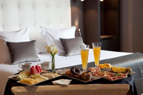 Breakfast options available to guests at Hotel Maydrit Airport