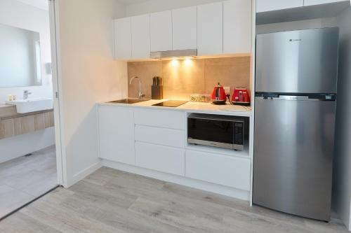 A kitchen or kitchenette at Alfred Apartments