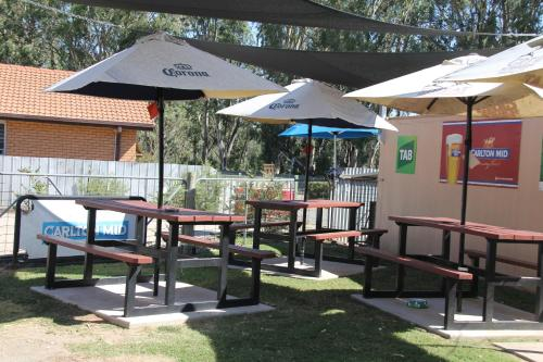 """A restaurant or other place to eat at Tocumwal Hotel Motel (""""The Palms"""")"""