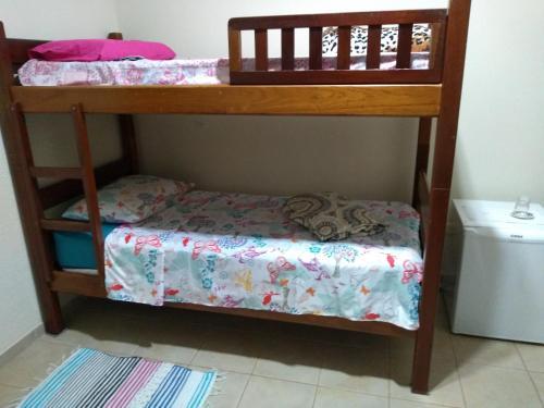 A bunk bed or bunk beds in a room at Quarto Econômico com Banheiro sem café - Barão Geraldo - Prox UNICAMP