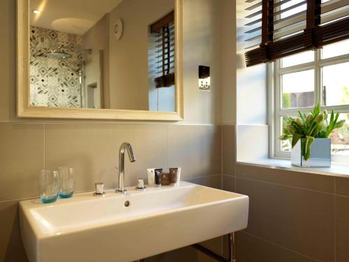 A bathroom at Wentbridge House Hotel