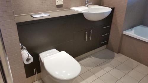 A bathroom at Grand Hotel Ocean view Apartment Labrador