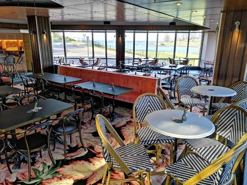 A restaurant or other place to eat at The Sebel Harbourside Kiama