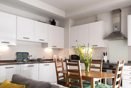 A kitchen or kitchenette at Modern 3 Bedroom Ground Floor Flat Near Finsbury Park