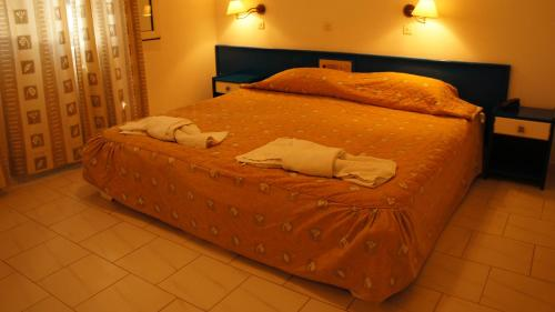 A bed or beds in a room at Belle Helene Hotel
