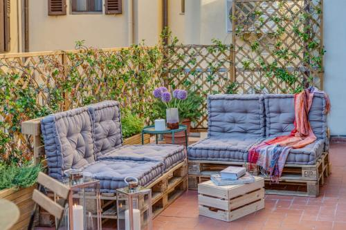 A seating area at Apartments Florence Borgo San Lorenzo Terrace