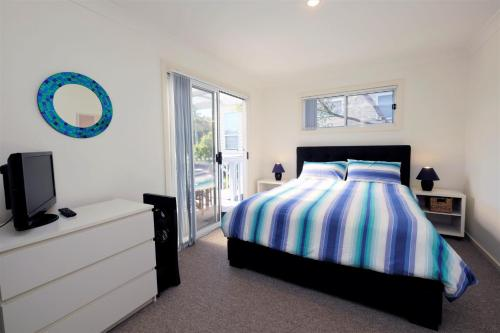 A bed or beds in a room at SPINNAKER 2