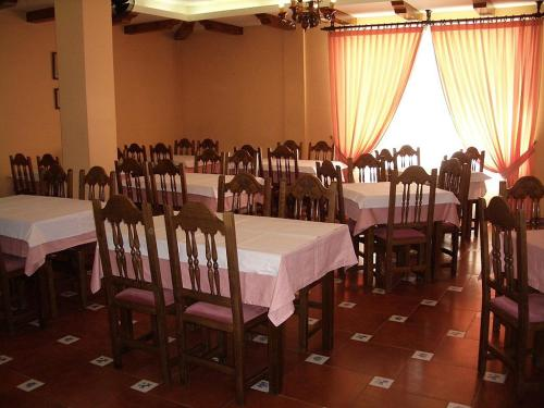 A restaurant or other place to eat at Hostal Alfonso VI