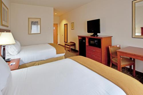 A bed or beds in a room at Holiday Inn Express & Suites - Hardeeville-Hilton Head