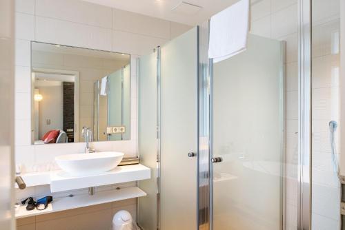A bathroom at SEETELHOTEL Strandhotel Atlantic