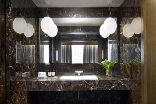 A bathroom at Kimpton - Blythswood Square Hotel