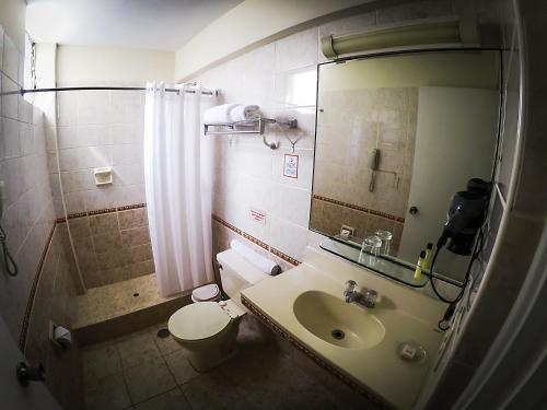 A bathroom at Intiotel Chiclayo