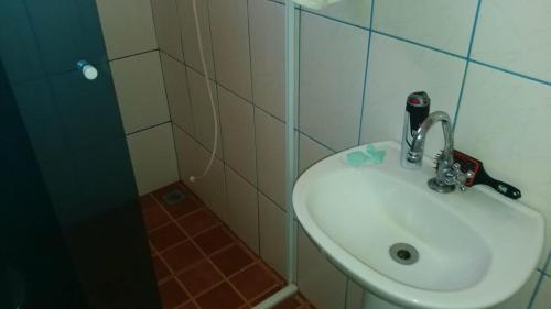 A bathroom at Chácara Toca da Onça