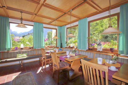 Ein Restaurant oder anderes Speiselokal in der Unterkunft Hotel Waldmann