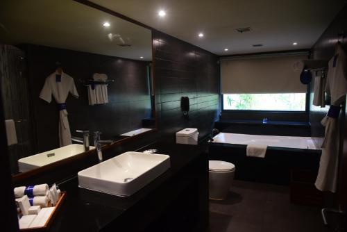 A bathroom at Radisson Blu Resort & Spa Alibaug