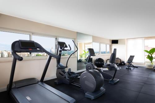 The fitness center and/or fitness facilities at Courtyard by Marriott Rome Central Park