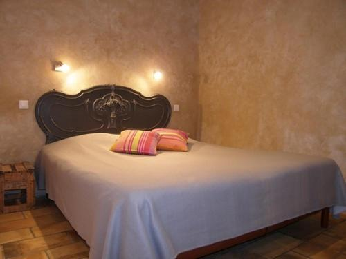 A bed or beds in a room at La DorDine P'tits Gîtes