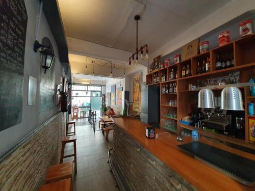 El salón o zona de bar de SevillaDream Hostel
