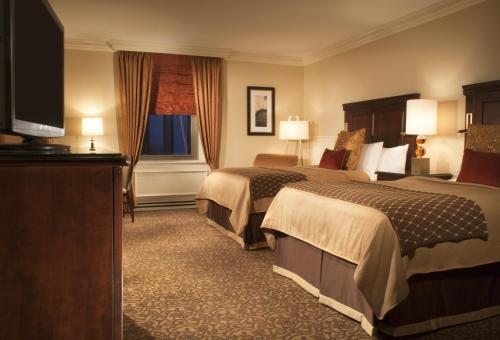 A bed or beds in a room at Omni William Penn Hotel