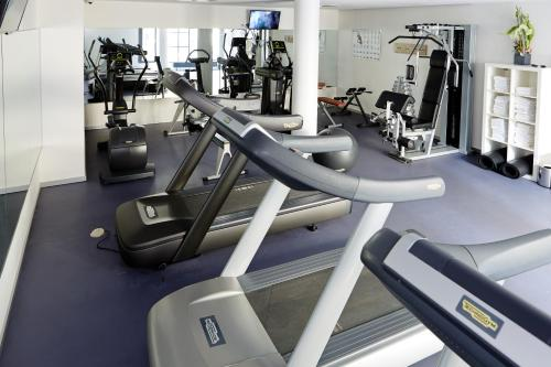 The fitness center and/or fitness facilities at Novotel München City