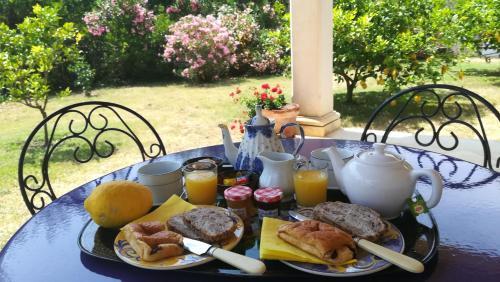 Options de petit-déjeuner proposées aux clients de l'établissement 1321 Route de l'Escalet villa les oliviers