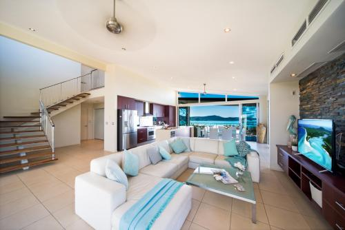 A seating area at Whitsunday Views - Airlie Beach
