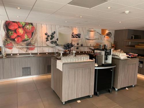 A kitchen or kitchenette at Golden Tulip Zoetermeer - Den Haag