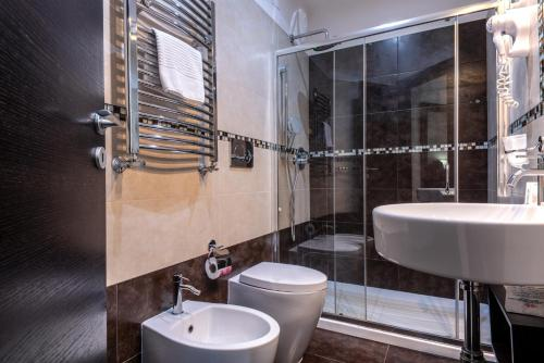 A bathroom at Rome Kings Suite