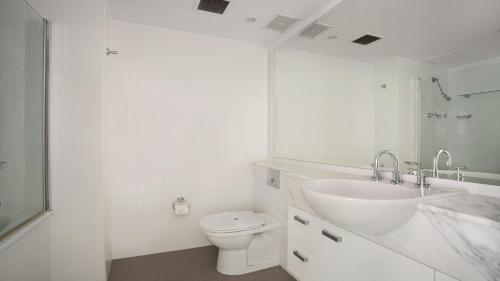 A bathroom at Strand Beachside 603