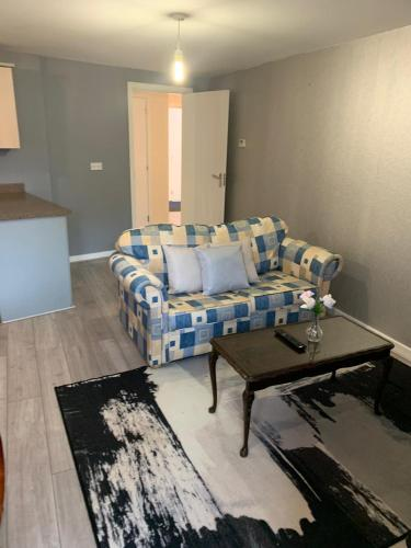 A seating area at Dartford Bridge Serviced Apartment