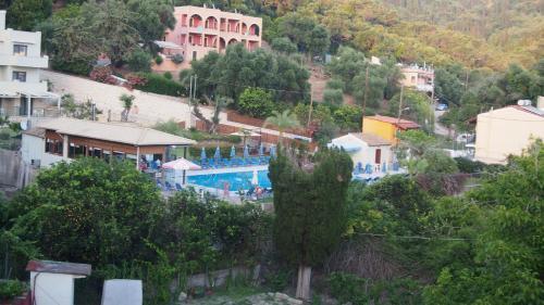 Θέα της πισίνας από το Vicky's Apartments ή από εκεί κοντά