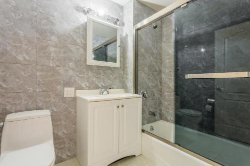 A bathroom at Flushing Main Street Apt, near LGA JFK US OPEN CITIFIELD NY-4