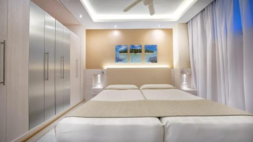 Een bed of bedden in een kamer bij BULL Eugenia Victoria & SPA