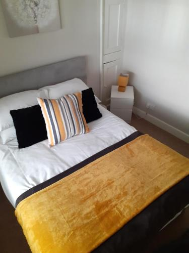 A bed or beds in a room at Bridge Street Apartment