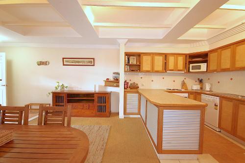 A kitchen or kitchenette at Byron Break