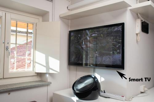 A television and/or entertainment center at Il Loft sui Tetti
