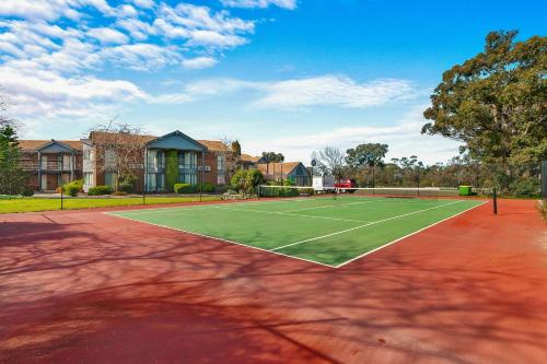 Tennis and/or squash facilities at Quality Inn & Suites Traralgon or nearby