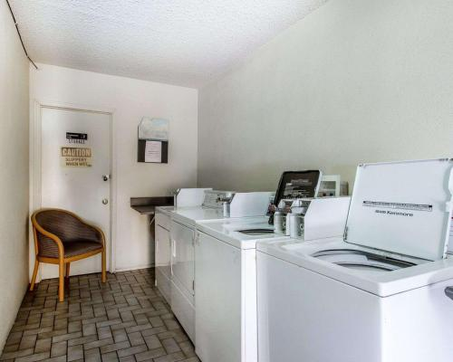 A kitchen or kitchenette at Rodeway Inn & Suites Flagstaff I-40 Exit 198 Butler Ave