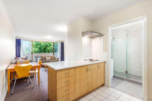 A kitchen or kitchenette at Knox International Hotel and Apartments
