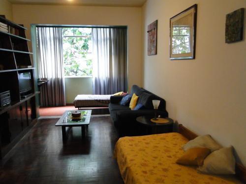 Uma área de estar em Copacabana apartment with 3 rooms and seasight