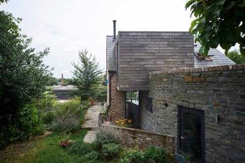 Modern & Stylish Eco Home+Garden with city views