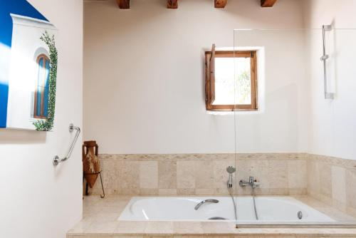A bathroom at Agroturismo Atzaró