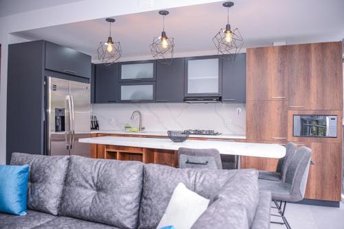 A kitchen or kitchenette at Apartamento Lleras AC Hot Tub